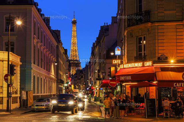 エッフェル塔と街並み サン ドミニク通りから撮影 夜景 の写真素材 イラスト素材 アマナイメージズ