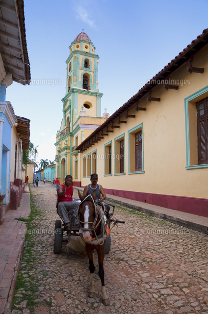 Two men on horse-drawn cart travelling along a quiet street in Trinidad, Sancti Spiritus Province, Cuba, West Indies, Caribbean, 20062071209| 写真素材・ストックフォト・画像・イラスト素材|アマナイメージズ