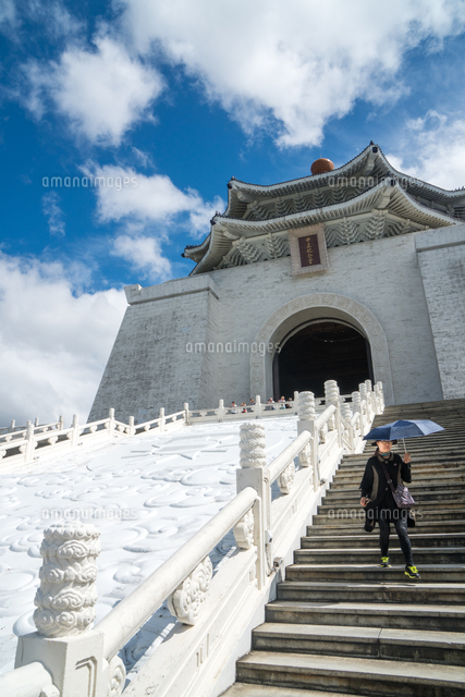 Woman with sun-shielding umbrella coming down the steps which lead up to the Chiang Kai-Shek Memorial Hall, Taipei, Taiwan, Asia 20062077560| 写真素材・ストックフォト・画像・イラスト素材|アマナイメージズ