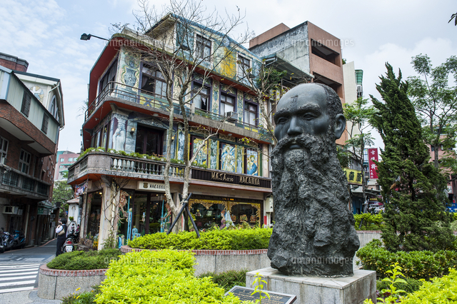 Statue of Dr. Mackay on a square in Danshui suburb of Taipeh, Taiwan, Asia 20062096280| 写真素材・ストックフォト・画像・イラスト素材|アマナイメージズ