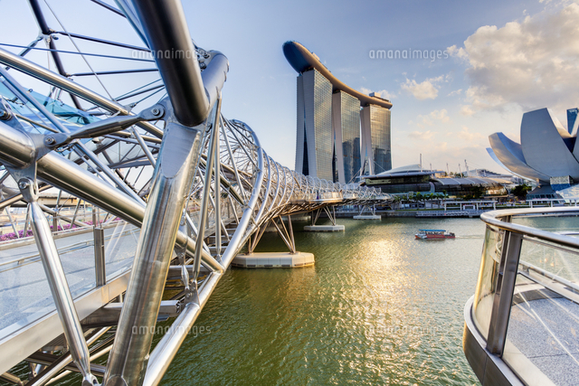 Singapore, the Helix bridge leading across Marina Bay to the Marina Bay Sands hotel and resort 20088073183| 写真素材・ストックフォト・画像・イラスト素材|アマナイメージズ