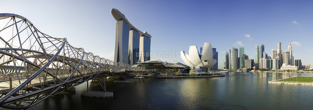 Singapore, the Helix bridge leading across Marina Bay to the Marina Bay Sands hotel and resort 20088073223| 写真素材・ストックフォト・画像・イラスト素材|アマナイメージズ