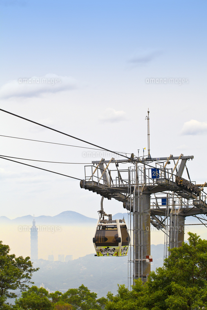 Taiwan, Taipei, Cable car on The hills of Maokong with  Taipei 101 in background 20088081220| 写真素材・ストックフォト・画像・イラスト素材|アマナイメージズ