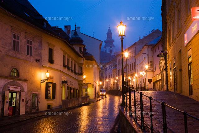 バンスカー シュティアヴニツァの街並みの夜景 の写真素材 イラスト素材 アマナイメージズ