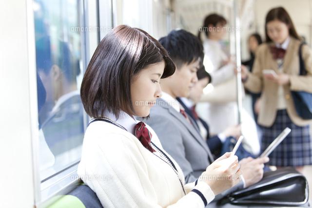 電車通学する女子高生[07800058131]の写真素材・イラスト素材|アマナイメージズ