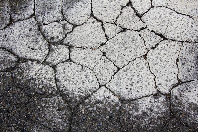 ひび割れたアスファルトの道路[10131079216]の写真素材・イラスト素材|アマナイメージズ