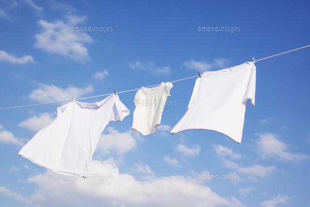 青空と洗濯物[10250006775]の写真素材・イラスト素材|アマナイメージズ