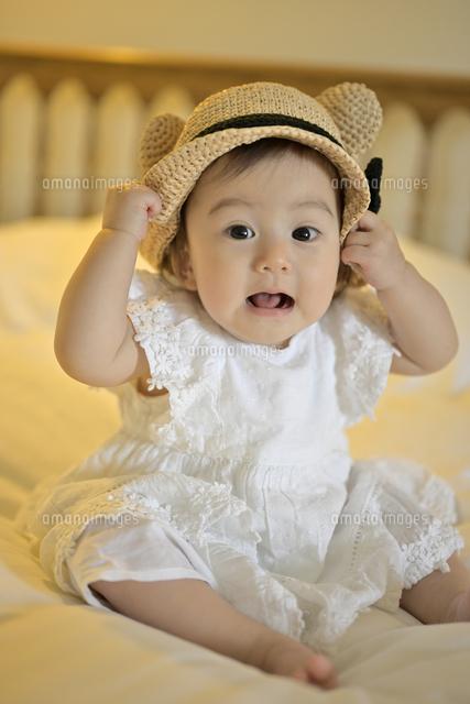 びっくりしている赤ちゃん の写真素材 イラスト素材 アマナイメージズ