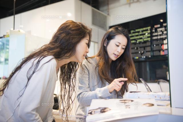 美容室でカウンセリングを受けている女性 の写真素材 イラスト素材 アマナイメージズ