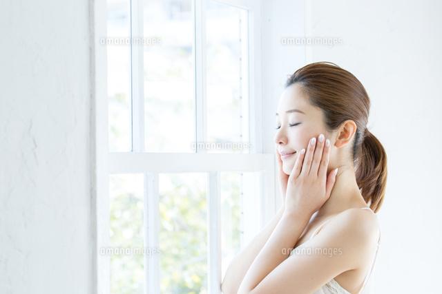 肌の綺麗な女性[10736000565]の写真素材・イラスト素材|アマナイメージズ