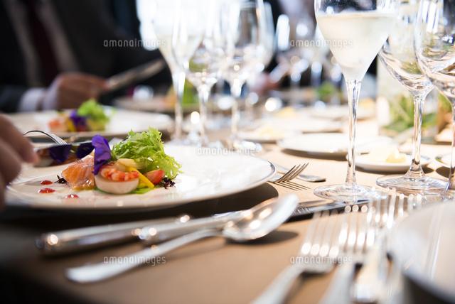 円卓で高級フランス料理[10872000048]の写真素材・イラスト素材|アマナイメージズ