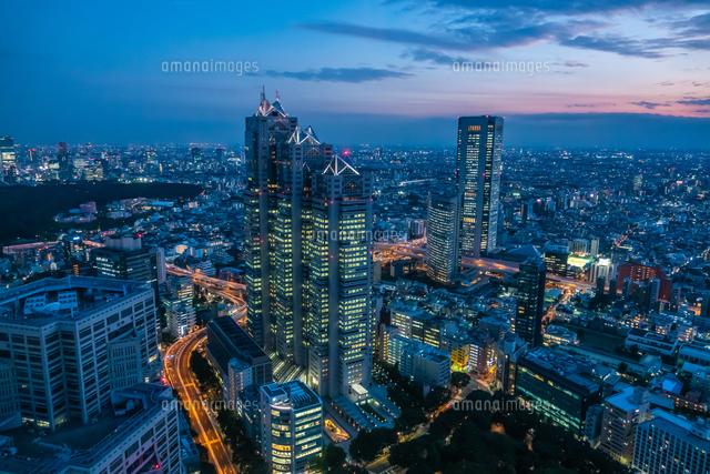 東京都庁展望室より新宿パークタワーと東京の街並み夜景 の写真素材 イラスト素材 アマナイメージズ
