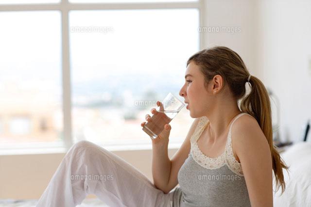 グラスに入った水を飲む外国人女性[11038001443]の写真素材・イラスト素材|アマナイメージズ