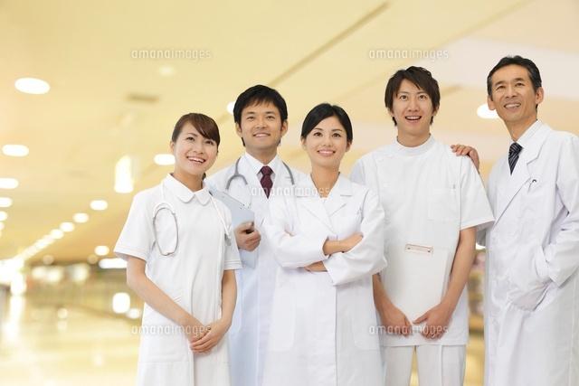 笑顔の医師とナースと研修医[11038011484]の写真素材・イラスト素材 アマナイメージズ