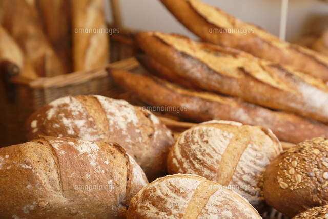 たくさんのパンが並ぶパン屋の店内 の写真素材 イラスト素材 アマナイメージズ