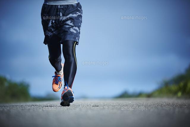 ランニングをするミドル男性[11070019804]の写真素材・イラスト素材|アマナイメージズ