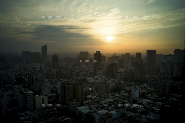 High angle view of cityscape against sky during sunrise 11100089692| 写真素材・ストックフォト・画像・イラスト素材|アマナイメージズ