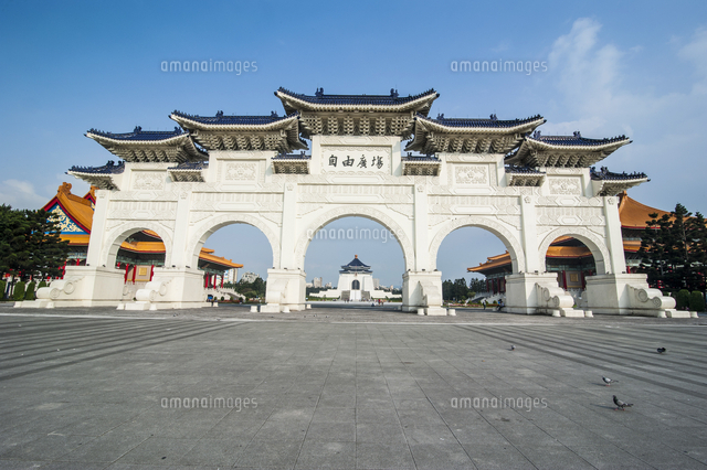 Huge gate in front of the Chiang Kai-Shek Memorial Hall, Taipei, Taiwan 11104023414| 写真素材・ストックフォト・画像・イラスト素材|アマナイメージズ
