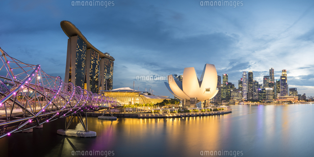 Singapore, Republic of Singapore, Southeast Asia. Panoramic view of the Helix bridge, Marina Bay Sands and the ArtScience museum 11108003432| 写真素材・ストックフォト・画像・イラスト素材|アマナイメージズ