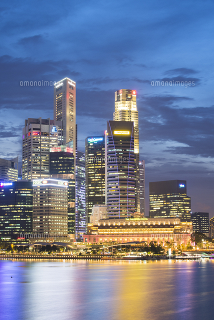 Singapore, Republic of Singapore, Southeast Asia. City skyscrapers at Marina Bay at dusk. 11108003434| 写真素材・ストックフォト・画像・イラスト素材|アマナイメージズ