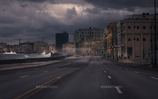 Road By Sea In City During Storm 11115083373| 写真素材・ストックフォト・画像・イラスト素材|アマナイメージズ