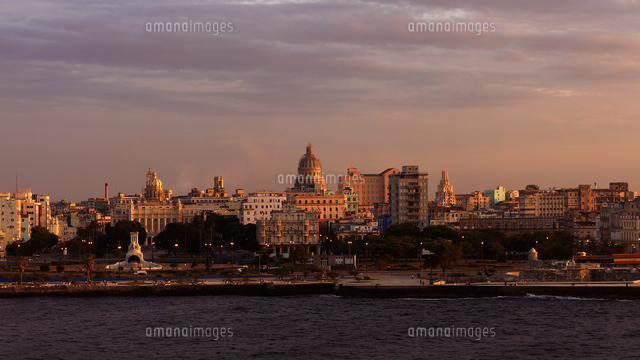 View Of City At Waterfront During Sunset 11115161764| 写真素材・ストックフォト・画像・イラスト素材|アマナイメージズ