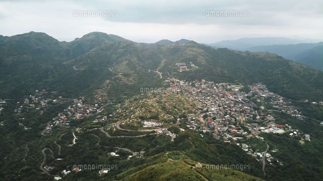 High Angle View Of Townscape And Mountains Against Sky 11115168761| 写真素材・ストックフォト・画像・イラスト素材|アマナイメージズ