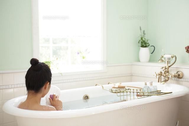 お風呂に入る女性[21086001659A]の写真素材・イラスト素材|アマナイメージズ