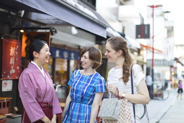 店員と話しをする外国人観光客 の写真素材 イラスト素材 アマナイメージズ