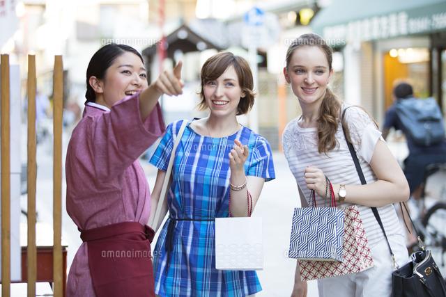 店員に道を教えてもらう外国人観光客 の写真素材 イラスト素材 アマナイメージズ