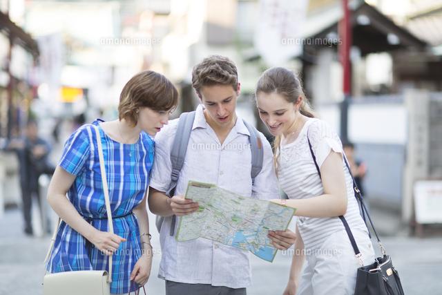 地図で行き先を確認する男女の外国人観光客 の写真素材 イラスト素材 アマナイメージズ