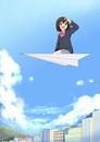 紙飛行機に乗って街を望む女子生徒
