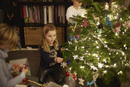 Young brother and sister decorating christmas tree 11015240625| 写真素材・ストックフォト・画像・イラスト素材|アマナイメージズ