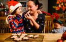 Mother and two sons at table eating home-baked Christmas biscuits 11015304515| 写真素材・ストックフォト・画像・イラスト素材|アマナイメージズ
