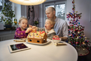 Sweden, Man and two boys (18-23 months, 4-5) decorating gingerbread house 11090017592| 写真素材・ストックフォト・画像・イラスト素材|アマナイメージズ