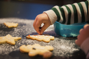 A child decorated Christmas biscuits. 11093008454| 写真素材・ストックフォト・画像・イラスト素材|アマナイメージズ