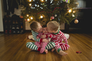 Brothers kissing sister while sitting against Christmas tree at home 11100057713| 写真素材・ストックフォト・画像・イラスト素材|アマナイメージズ