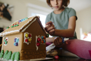 Low angle view of girl making gingerbread house on table at home 11100059498| 写真素材・ストックフォト・画像・イラスト素材|アマナイメージズ