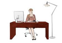 オフィスでデスクに座りパソコンで仕事しながらスマホで話す女性 10402000521  写真素材・ストックフォト・画像・イラスト素材 アマナイメージズ