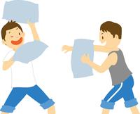 枕投げで遊ぶ中学生男子 11002065682| 写真素材・ストックフォト・画像・イラスト素材|アマナイメージズ