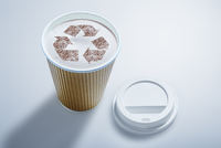 Recycle symbol in recyclable coffee cup 11086040118| 写真素材・ストックフォト・画像・イラスト素材|アマナイメージズ