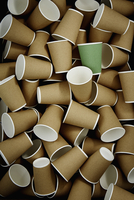 Full frame green recyclable coffee cup among disposable cups 11086040124| 写真素材・ストックフォト・画像・イラスト素材|アマナイメージズ
