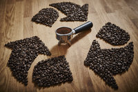 Coffee beans forming recycle symbol around espresso grounds in portafilter 11086040127| 写真素材・ストックフォト・画像・イラスト素材|アマナイメージズ