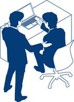 モニタを見て議論する二人のビジネスマン 60009000190  写真素材・ストックフォト・画像・イラスト素材 アマナイメージズ