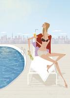 夏のプールサイドでベンチに座りオレンジジュースを飲む女性 02674000003| 写真素材・ストックフォト・画像・イラスト素材|アマナイメージズ