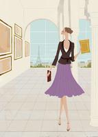 秋の美術館で絵画鑑賞をする女性 02674000005| 写真素材・ストックフォト・画像・イラスト素材|アマナイメージズ