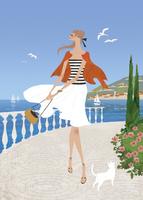 南仏のリゾート地で散歩をする女性 02674000011| 写真素材・ストックフォト・画像・イラスト素材|アマナイメージズ