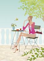 春のオープンテラスのカフェでお茶を楽しむ女性 02674000021| 写真素材・ストックフォト・画像・イラスト素材|アマナイメージズ
