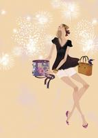 プレゼントを開けながら花火を楽しむ女性 02674000035| 写真素材・ストックフォト・画像・イラスト素材|アマナイメージズ