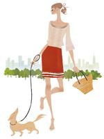 街中で楽しそうに犬の散歩をする女性 02674000070| 写真素材・ストックフォト・画像・イラスト素材|アマナイメージズ